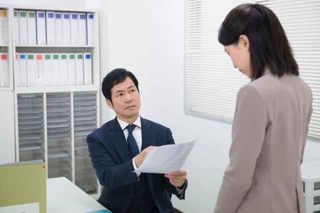 女性が上司から叱責を受けていてつむじはげになる画像