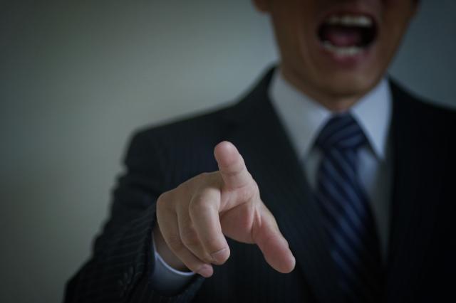 会社で叱責されストレスを与えてる画像